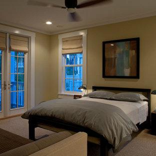 Imagen de habitación de invitados clásica renovada, grande, con paredes amarillas y moqueta