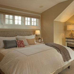 Ejemplo de dormitorio principal, clásico renovado, de tamaño medio, con paredes amarillas y moqueta
