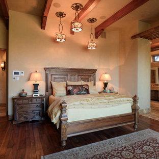 Неиссякаемый источник вдохновения для домашнего уюта: хозяйская спальня среднего размера с бежевыми стенами, темным паркетным полом, стандартным камином и фасадом камина из штукатурки