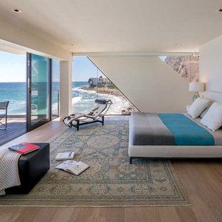 Ispirazione per una grande camera matrimoniale design con pareti bianche, pavimento in legno massello medio e nessun camino