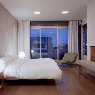 Immagine di una camera da letto minimalista con pareti bianche