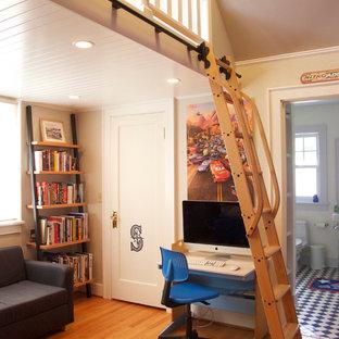 Diseño de dormitorio tipo loft, tradicional, pequeño, con paredes beige y suelo de madera clara