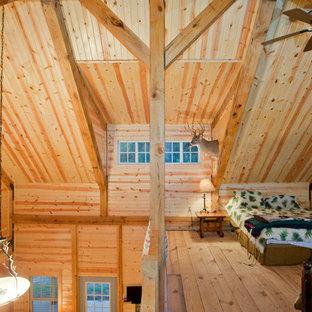 Esempio di una camera da letto stile loft stile rurale con parquet chiaro