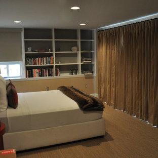 Ejemplo de habitación de invitados urbana, de tamaño medio, sin chimenea, con paredes amarillas y moqueta