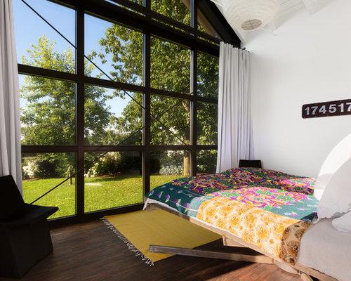 industrial schlafzimmer mit dunklem holzboden ideen design bilder houzz. Black Bedroom Furniture Sets. Home Design Ideas