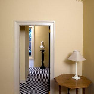 Imagen de dormitorio principal, tradicional, pequeño, con paredes amarillas, suelo de travertino y suelo blanco