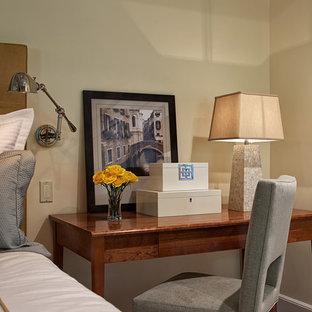 ニューヨークの中くらいのエクレクティックスタイルのおしゃれな主寝室 (黄色い壁、無垢フローリング、標準型暖炉、石材の暖炉まわり、ベージュの床)