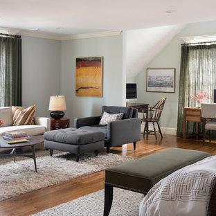 Modelo de dormitorio principal, tradicional renovado, de tamaño medio, sin chimenea, con suelo de madera en tonos medios, suelo marrón y paredes grises