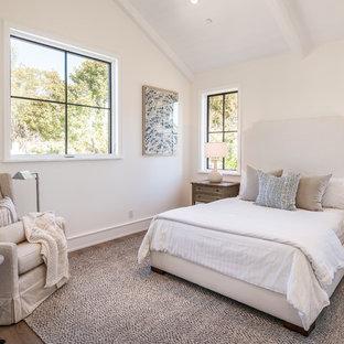 Diseño de dormitorio de estilo de casa de campo con paredes beige y suelo de madera oscura