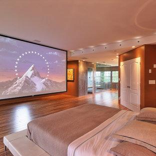 Ispirazione per una grande camera matrimoniale contemporanea con pareti marroni, nessun camino, pavimento in vinile e pavimento marrone