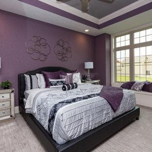 Свежая идея для дизайна: хозяйская спальня в стиле современная классика с фиолетовыми стенами и ковровым покрытием - отличное фото интерьера