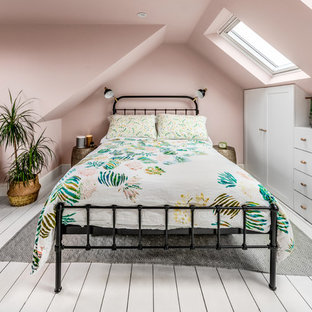Kleines Klassisches Schlafzimmer mit rosa Wandfarbe, gebeiztem Holzboden und weißem Boden in Surrey