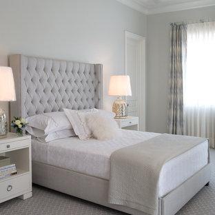 マイアミのトランジショナルスタイルのおしゃれな寝室 (グレーの壁、カーペット敷き) のインテリア