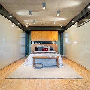 Idee per una camera matrimoniale industriale con pavimento in bambù e pavimento beige