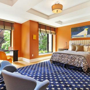 Großes Modernes Hauptschlafzimmer mit oranger Wandfarbe, hellem Holzboden und blauem Boden in New York