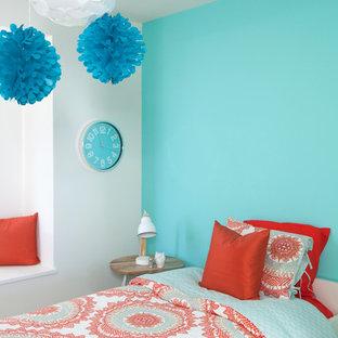 Modernes Schlafzimmer mit blauer Wandfarbe in Vancouver