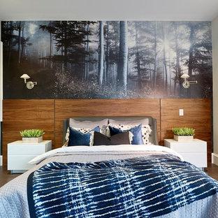 Immagine di una camera matrimoniale minimalista di medie dimensioni con pareti marroni, pavimento in compensato, nessun camino e pavimento marrone