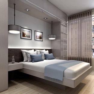 Diseño de dormitorio principal, moderno, de tamaño medio, con paredes blancas y suelo de madera clara