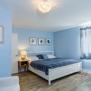 Diseño de habitación de invitados costera, de tamaño medio, con paredes azules, suelo de linóleo y suelo marrón
