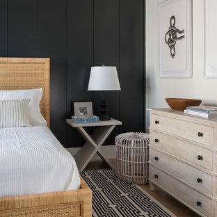 Immagine di una camera da letto stile marinaro di medie dimensioni con pareti nere, parquet chiaro, pavimento marrone e nessun camino