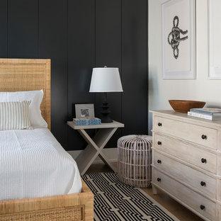 Ispirazione per una camera da letto stile marinaro con pareti nere, pavimento in legno massello medio e pavimento marrone