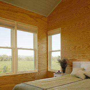 Imagen de dormitorio campestre con paredes beige