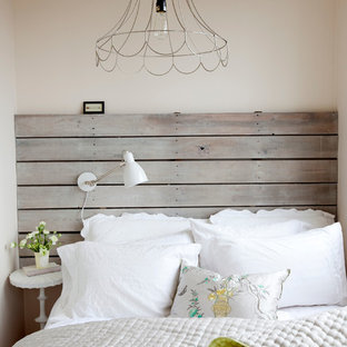 Shabby Chic Style Schlafzimmer Mit Beiger Wandfarbe In Vancouver