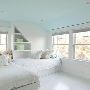 Foto de habitación de invitados costera, de tamaño medio, sin chimenea, con paredes blancas, suelo de madera clara y suelo blanco