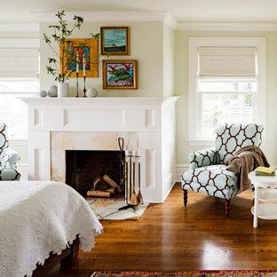 Idee per una camera matrimoniale vittoriana con camino classico, pareti verdi, pavimento in legno massello medio e cornice del camino in pietra