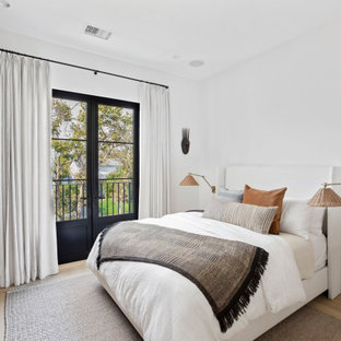 Свежая идея для дизайна: гостевая спальня среднего размера в стиле современная классика с белыми стенами, светлым паркетным полом, бежевым полом и кессонным потолком без камина - отличное фото интерьера