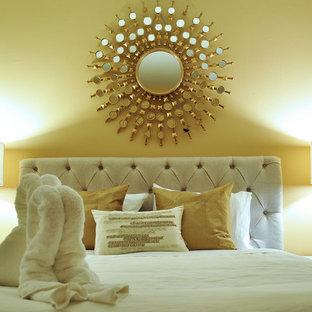 Foto de habitación de invitados clásica renovada, de tamaño medio, con paredes beige y suelo de madera oscura