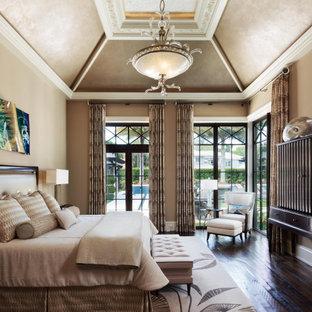 Cette image montre une chambre parentale traditionnelle avec un mur beige, un sol en bois brun, aucune cheminée, un sol marron, un plafond voûté et du lambris de bois.
