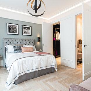 Idee per una camera matrimoniale chic di medie dimensioni con pareti bianche, parquet chiaro e pavimento beige