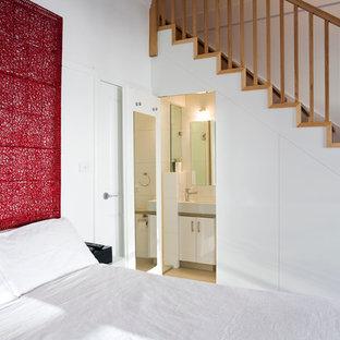Idéer för att renovera ett funkis sovrum, med vita väggar och heltäckningsmatta
