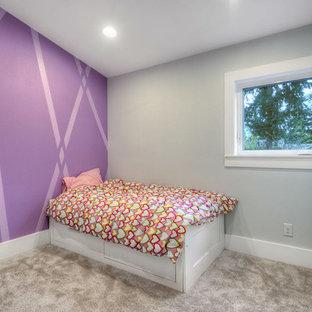 Immagine di una camera da letto moderna di medie dimensioni con pareti viola e moquette