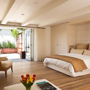 サンフランシスコのコンテンポラリースタイルのおしゃれな寝室 (ベージュの壁、無垢フローリング、茶色い床)