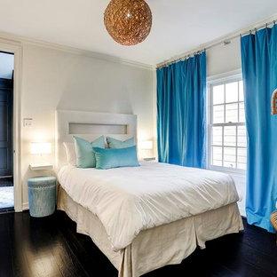 Выдающиеся фото от архитекторов и дизайнеров интерьера: спальня в стиле современная классика с белыми стенами, темным паркетным полом и коричневым полом