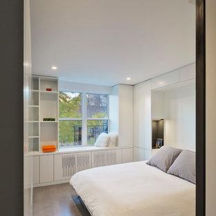 Imagen de dormitorio principal, moderno, pequeño, con paredes blancas, suelo de madera clara y suelo gris