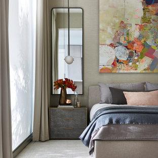 Свежая идея для дизайна: большая хозяйская спальня в современном стиле с бежевыми стенами, ковровым покрытием и серым полом без камина - отличное фото интерьера