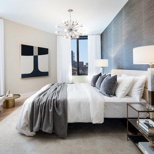 ニューヨークのコンテンポラリースタイルのおしゃれな主寝室 (グレーの壁、淡色無垢フローリング、暖炉なし) のインテリア