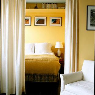 ニューヨークのコンテンポラリースタイルのおしゃれな寝室 (黄色い壁、間仕切りカーテン) のインテリア