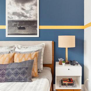 Inspiration för mellanstora moderna gästrum, med blå väggar, ljust trägolv och brunt golv