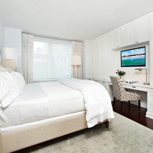 Esempio di una camera da letto tradizionale con pareti bianche, parquet scuro, nessun camino e angolo studio
