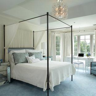 Cette image montre une grand chambre design avec un mur gris, un sol bleu et aucune cheminée.