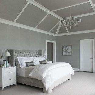 Klassisches Hauptschlafzimmer mit grauer Wandfarbe und Teppichboden in New York