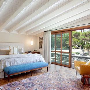 Идея дизайна: хозяйская спальня среднего размера в стиле ретро с бежевыми стенами и темным паркетным полом