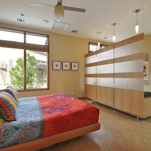 Inredning av ett modernt sovrum, med korkgolv och gula väggar