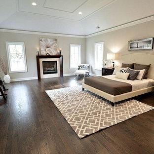 ニューヨークの中サイズのコンテンポラリースタイルのおしゃれな主寝室 (ベージュの壁、濃色無垢フローリング、標準型暖炉、木材の暖炉まわり) のレイアウト