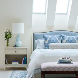 Inspiration för mycket stora klassiska huvudsovrum, med vita väggar, heltäckningsmatta, en standard öppen spis, en spiselkrans i sten och vitt golv