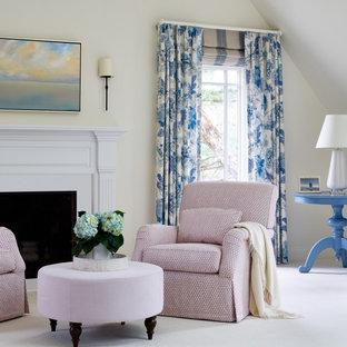 Modelo de dormitorio principal, clásico renovado, extra grande, con paredes blancas, suelo de mármol, chimenea tradicional, marco de chimenea de piedra y suelo multicolor